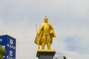 「岐阜駅前で人々を迎える黄金の信長像」