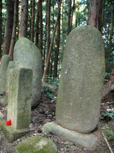 無銘の墓碑