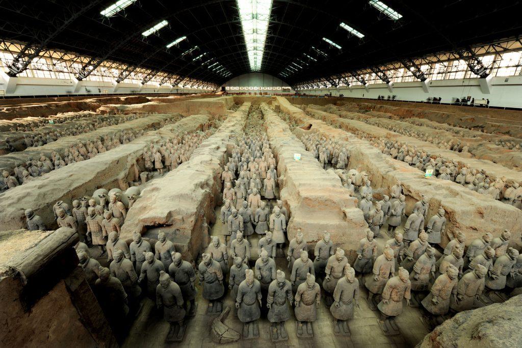 会場に復元された俑の軍団《1号兵馬俑坑(中国・陝西省)》秦始皇帝陵博物院蔵