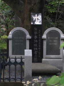横浜外国人墓地にあるリチャードソンの墓。近年、有志によって、マーシャルとクラークの墓も左右に集められた。