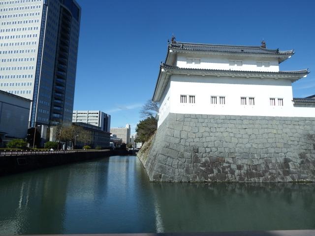駿府城の隣には静岡県庁のビルがそびえる。