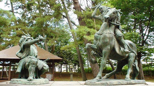 有名な謙信(右)と信玄(左)の一騎討像