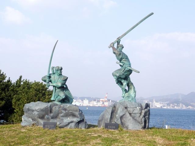 有名な巌流島の決闘シーンの銅像。