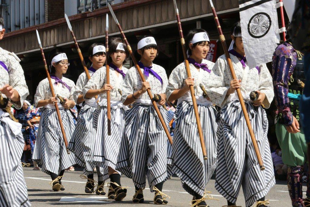 「鶴ヶ城へ行進する子供たちの勇姿」