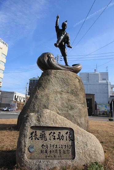 ふるさとと言われる今治駅前の猿飛佐助像。