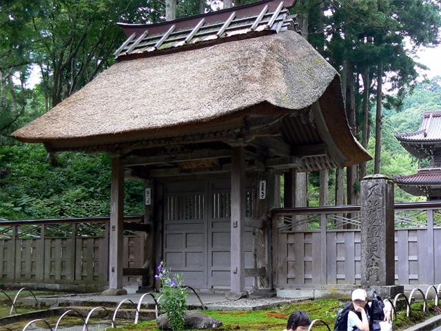 新潟県上越市にある林泉寺の惣門。 春日山城の搦手門を移築したものだそう。