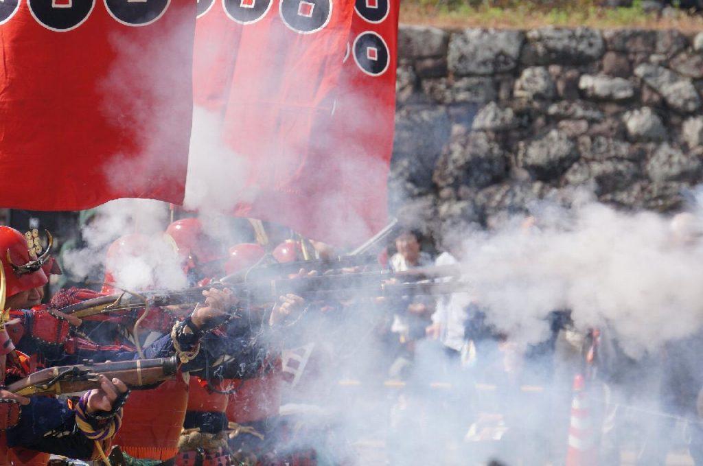 「真田鉄砲隊。硝煙が激しさを物語ります。」