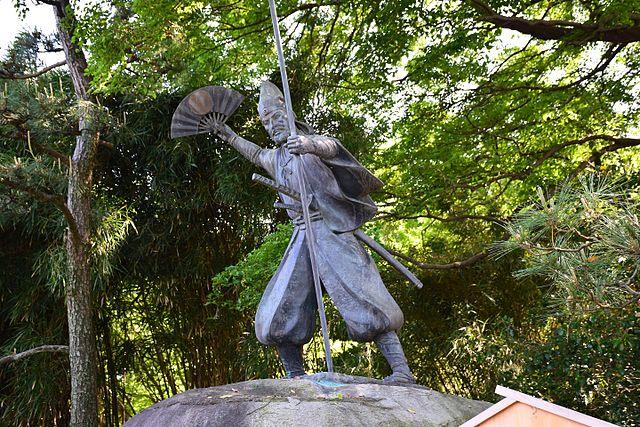 加藤清正公の石曵きの像。