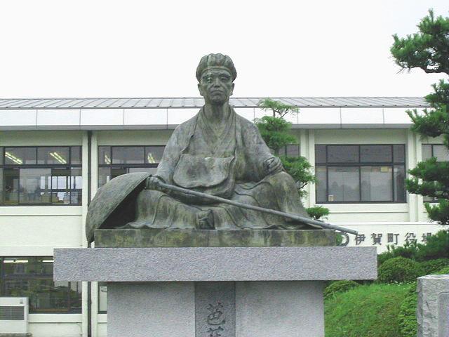 伊賀市役所伊賀支所にある芭蕉の銅像
