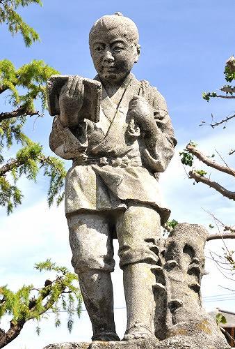 愛知県前芝尋常小学校に設置された日本最古の二宮金次郎像