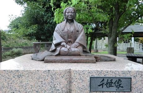 「姫路城の濠沿いにある千姫の像」