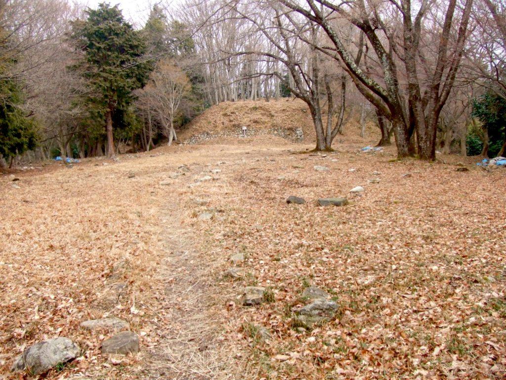 小谷城の千畳敷曲輪