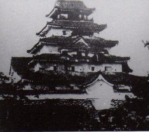 損傷した若松城(会津戦争後撮影)